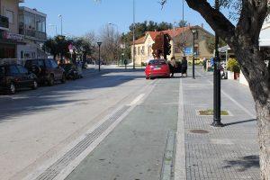 """<span style=""""font-size:12pt"""">Ο μονός ποδηλατόδρομος επί της 14ης Μαΐου δίνει τη δυνατότητα στον ποδηλάτη να κινηθεί από τον ποδηλατόδρομο της Εθνικής Αντίστασης προς τον κόμβο του Παλιού Νοσοκομείου. Φυσικά, απαγορεύεται το παρκάρισμα των αυτοκινήτων πάνω στον ποδηλατόδρομο.</span>"""